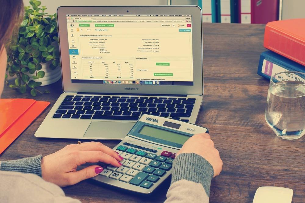 Contador fazendo cálculos das notas fiscais eletrônicas